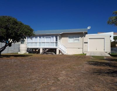 Wooden house centrally located in Struisbaai – HRCIN05